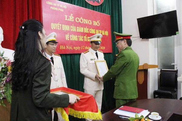 Đại tá Trần Ngọc Dương trao quyết định bổ nhiệm chức danh cho chỉ huy các đội công tác theo mô hình tổ chức mới