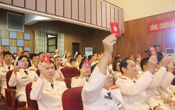 Các đại biểu thể hiện ý chí quyết tâm hoàn thành xuất sắc nhiệm vụ tại Đại hội