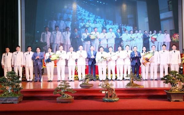 Ông Lê Hồng Sơn và các đồng chí trong Quận ủy, HĐND, UBND quận chúc mừng Ban chấp hành Đảng bộ CAQ Bắc Từ Liêm nhiệm kỳ 2020-2025
