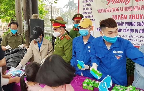 Chỉ huy Công an xã Liên Hà trực tiếp cùng đoàn thanh niên xã phát khẩu trang cho người dân