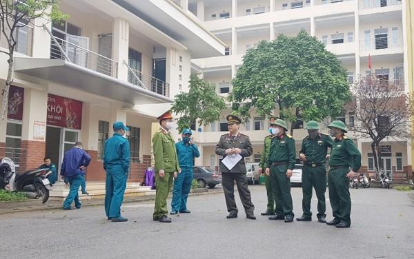 Thượng tá Nguyễn Dũng, Phó trưởng CAQ Nam Từ Liêm kiểm tra công tác chuẩn bị tại khu vực cách ly tập trung vào sáng 19-3