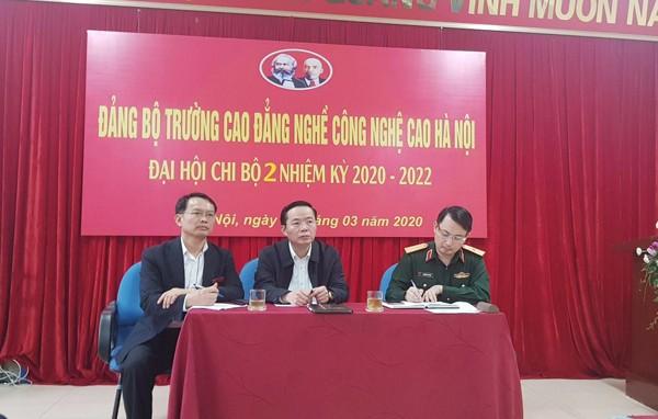 Thiếu tướng Nguyễn Quốc Duyệt, Tư lệnh Bộ Tư lệnh Thủ đô; ông Nguyễn Thanh Long, Phó Chủ tịch UBND quận Nam Từ Liêm kiểm tra công tác chuẩn bị tại trường Cao đẳng nghề công nghệ cao Hà Nội