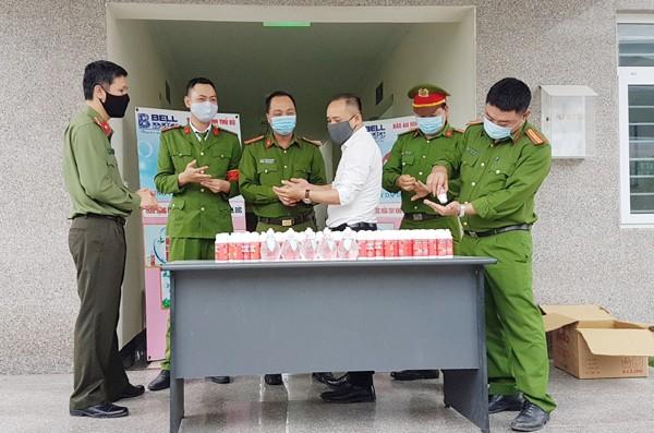 Niềm vui của CBCS CAP Xuân Phương khi nhận 300 chai nước rửa tay khô do Báo ANTĐ và nhà tài trợ trao tặng