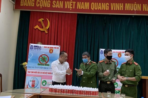 Đoàn công tác tặng nước rửa tay khô tại CAP Vĩnh Phúc, quận Ba Đình, Hà Nội