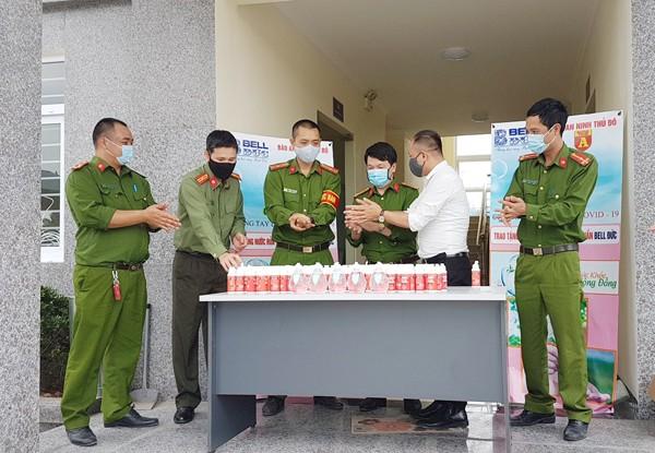 400 chai nước rửa tay khô đã được trao đến tay các CBCS CAP Tây Mỗ nơi đang có khu cách ly tập trung với số lượng 672 người