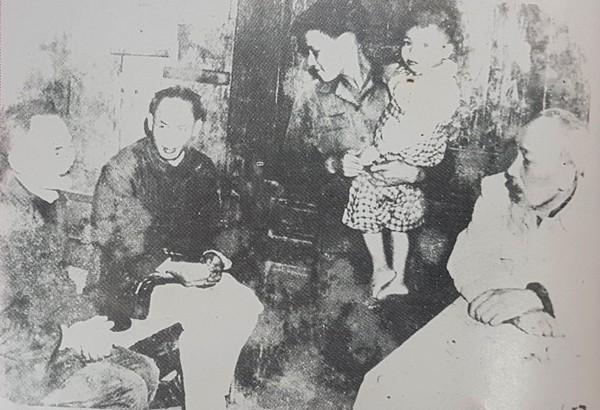 Chủ tịch Hồ Chí Minh đến thăm gia đình bác Nguyễn Văn Tá, Trưởng ban Bảo vệ khối 30, khu Đống Đa - người có công xây dựng khối 30 thành lá cờ đầu phong trào bảo vệ trị an (Ảnh tư liệu Công an Hà Nội)