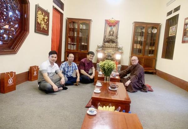 Thượng tá Nguyễn Thanh Bình, Phó trưởng CAH Mỹ Đức thay mặt Ban chỉ huy CAH thăm hỏi chúc mừng Thượng tọa Thích Minh Hiền nhân Lễ Phật đản, Phật lịch 2564
