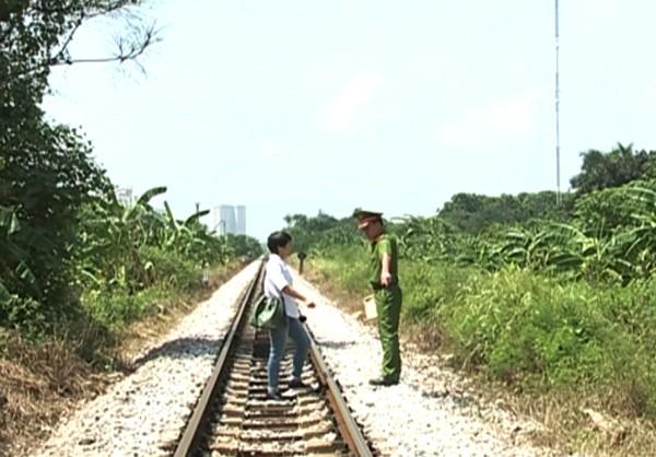 Thượng úy Nguyễn Quang Vũ trao đổi với phóng viên tại hiện trường nơi xảy ra vụ việc