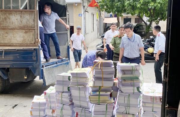 Tổ công tác liên ngành Phòng An ninh chính trị nội bộ và Thanh tra Sở Thông tin truyền thông đã lập biên bản tạm giữ số sách nghi lậu trong xưởng gia công sau in trên địa bàn quận Hoàng Mai