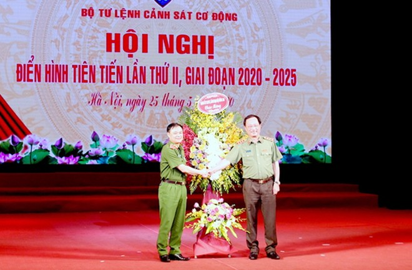 Thượng tướng Nguyễn Văn Thành, Ủy viên Trung ương Đảng, Thứ trưởng Bộ Công an tặng hoa chúc mừng hội nghị