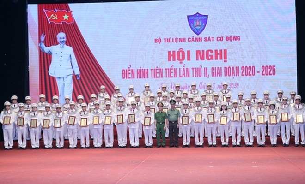 Thượng tướng Nguyễn Văn Thành và Trung tướng Phạm Quốc Cương, Tư lệnh Bộ tư lệnh Cảnh sát cơ động vinh danh các gương điển hình tiên tiến trong phong trào thi đua của Bộ Tư lệnh CSCĐ