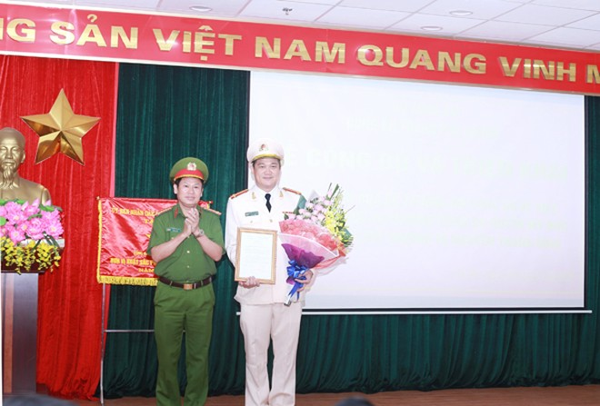 Đại tá Nguyễn Văn Viện thừa ủy quyền của Bộ trưởng Bộ Công an trao quyết định bổ nhiệm chức danh Trưởng CAH Mỹ Đức cho Thượng tá Nguyễn Thanh Bình