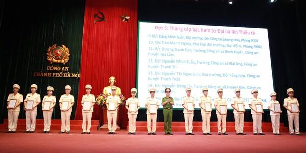 Đại tá Trần Ngọc Dương, Phó Giám đốc CATP trao quyết định thăng cấp bậc hàm từ Đại úy lên Thiếu tá cho các cá nhân