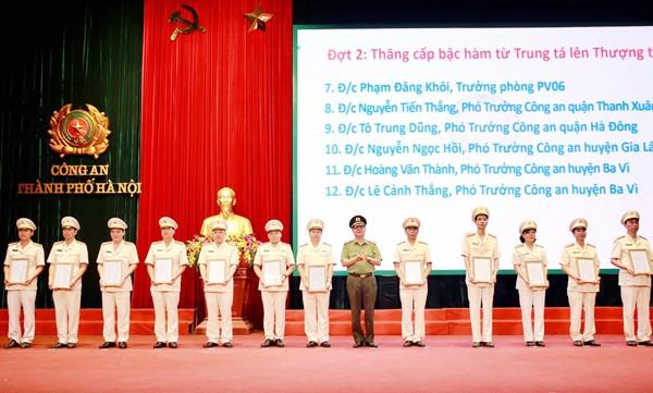 Thiếu tướng Đào Thanh Hải trao quyết định thăng cấp bậc hàm từ Trung tá lên Thượng tá cho các cá nhân là chỉ huy các phòng nghiệp vụ, công an quận, huyện, thị xã