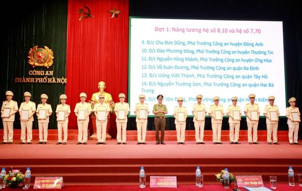 Thiếu tướng Đào Thanh Hải trao quyết định nâng lương, thăng cấp bậc hàm Thượng tá hệ số 7,70 và 8,10 cho các đồng chí chỉ huy Công an các phòng nghiệp vụ, công an quận, huyện, thị xã