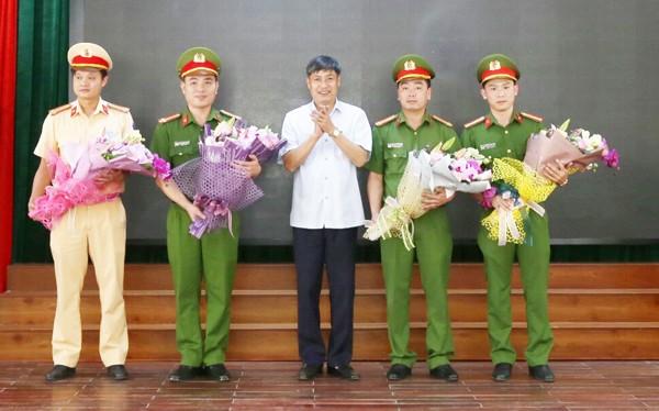 Ông Nguyễn Hữu Đông, Bí thư Tỉnh ủy Sơn La tặng hoa chúc mừng, thưởng nóng cho Ban chuyên án