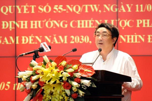 Ông Nguyễn Ngọc Trung, Phó Vụ trưởng Phụ trách Vụ Công nghiệp, Ban Kinh tế Trung ương truyền đạt những nội dung cơ bản Nghị quyết 55 của Bộ Chính trị