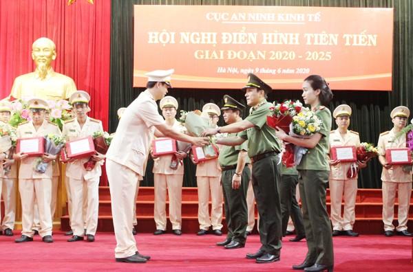 Trung tướng Lương Tam Quang, Thứ trưởng Bộ Công an tặng hoa chúc mừng các điển hình tiên tiến trong Cục An ninh kinh tế