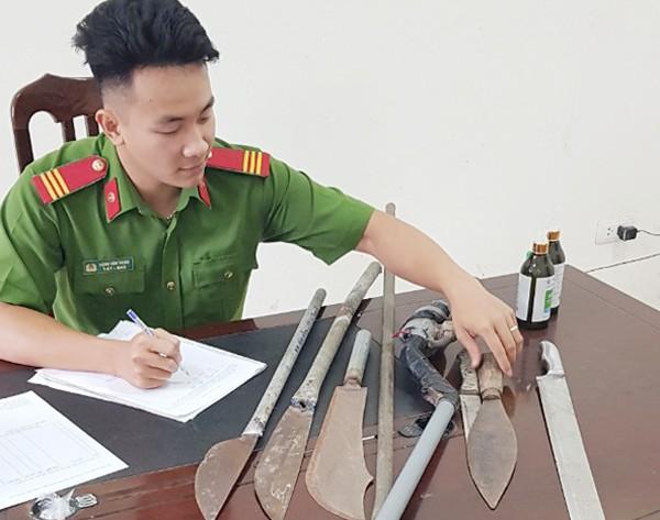 Công an xã Dương Liễu đã vận động nhân dân giao nộp nhiều dao, kiếm, súng cồn tự chế