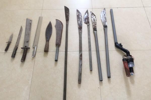 Một số dao, kiếm, súng cồn tự chế người dân giao nộp cho Công an xã Dương Liễu