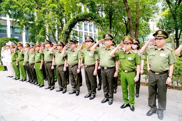 Các đại biểu dành một phút tưởng niệm anh linh Chủ tịch Hồ Chí Minh