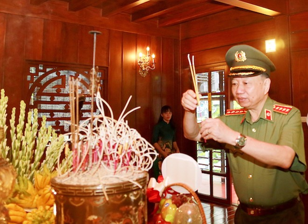 Lãnh đạo Bộ Công an dâng hương tưởng nhớ anh linh Chủ tịch Hồ Chí Minh ảnh 1