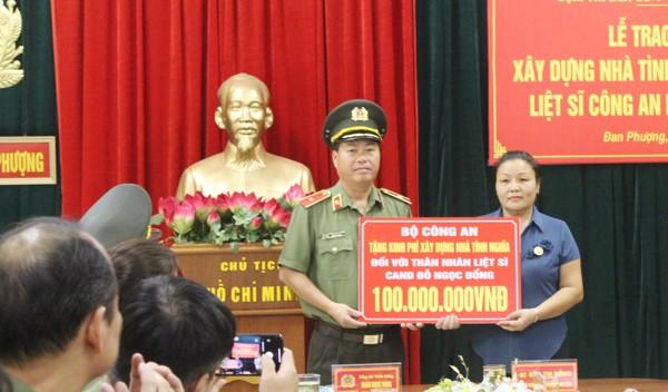 Thừa ủy quyền lãnh đạo Bộ Công an, Thiếu tướng Đoàn Ngọc Hùng trao số tiền 100 triệu đồng hỗ trợ kinh phí xây dựng nhà tình nghĩ tặng thân nhân liệt sỹ của Bộ Công an
