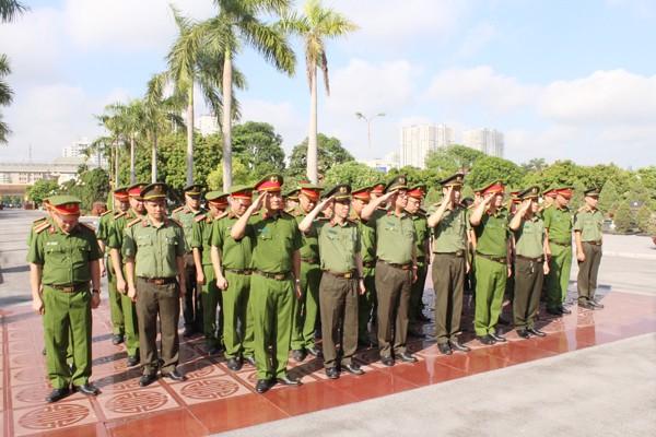 Phút mặt niệm những người con hy sinh vì Tổ quốc tại Nghĩa trang Mai Dịch