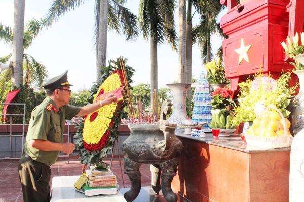 Các CBCS Cụm thi đua số 5 CATP Hà Nội thắp nén tâm nhanh tại Nghĩa trang liệt sỹ TP Hà Nội