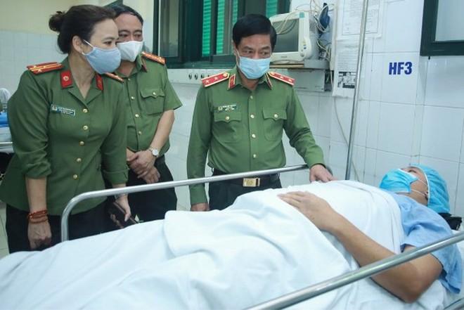 Trung tướng Đoàn Duy Khương, Giám đốc CATP Hà Nội thăm, động viên Trung úy Trần Tuấn Anh bị thương trong khi làm nhiệm vụ đảm bảo ANTT trên địa bàn thành phố trong mùa dịch Covid-19