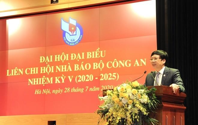 Đồng chí Hồ Quang Lợi, Phó Chủ tịch Thường trực Hội Nhà báo Việt Nam phát biểu tại Đại hội