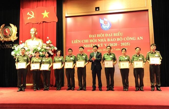 Đồng chí Hồ Quang Lợi tặng Kỷ niệm chương Vì sự nghiệp báo chí Việt Nam cho các cá nhân thuộc Liên chi hội nhà báo Bộ Công an