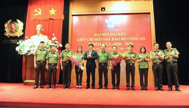 Thượng tướng Nguyễn Văn Thành và đồng chí Hồ Quang Lợi tặng hoa Ban chấp hành Liên chi hội nhà báo Bộ Công an nhiệm kỳ 2020-2025