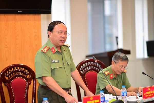 Đại tá Phan Vũ Minh, Phó Cục trưởng Cục Công tác Đảng và công tác chính trị trao đổi về công tác phòng chống dịch Covid-19 trong tổ chức các hoạt động đông người
