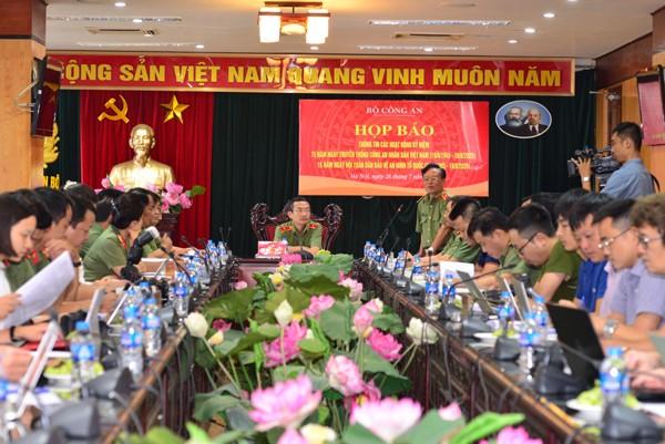 Thiếu tướng Nguyễn Hồng Thái, Phó Cục trưởng Cục Khoa học chiến lược và lịch sử CAND trao đổi với phóng viên báo chí tại buổi họp báo