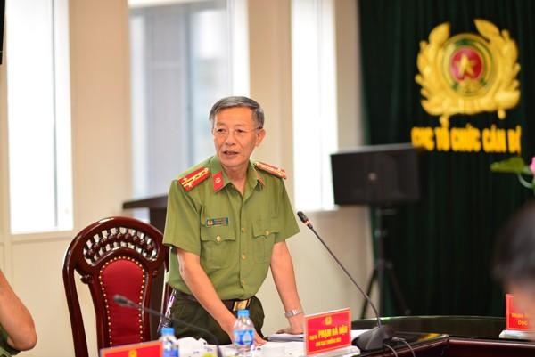 Đại tá Phạm Bá Hậu, Phó Cục trưởng Cục Công tác Đảng và công tác chính trị thông tin về Đại hội thi đua Vì An ninh Tổ quốc đến các phóng viên báo chí