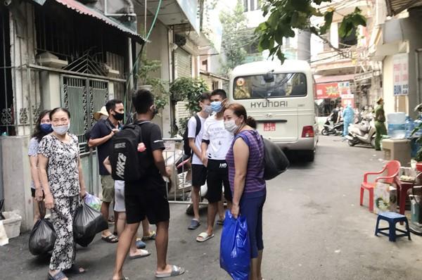 Người tiếp xúc gần người nghi nhiễm Covid-19 tại phường Mễ Trì được đưa cách ly tập trung tại Bệnh viện CATP Hà Nội