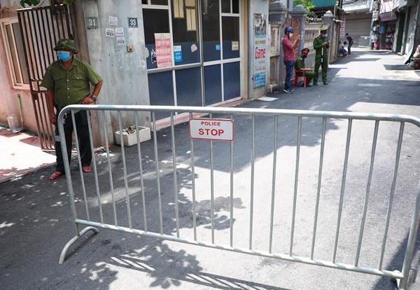 Tổ chốt của CAP Mễ Trì được triển khai từ sáng 29-7 để hạn chế người ra vào