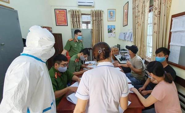 Phòng Quản lý xuất nhập cảnh phối hợp với các cơ quan chức năng xử lý 2 đối tượng nhập cảnh trái phép vào Hà Nội