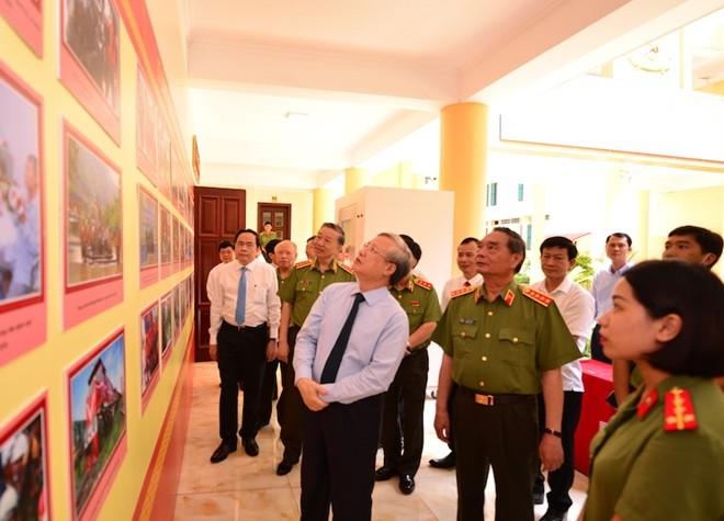 Đồng chí Trần Quốc Vượng cùng các đại biểu tham quan triển lãm được trưng bày bên lề Hội thảo