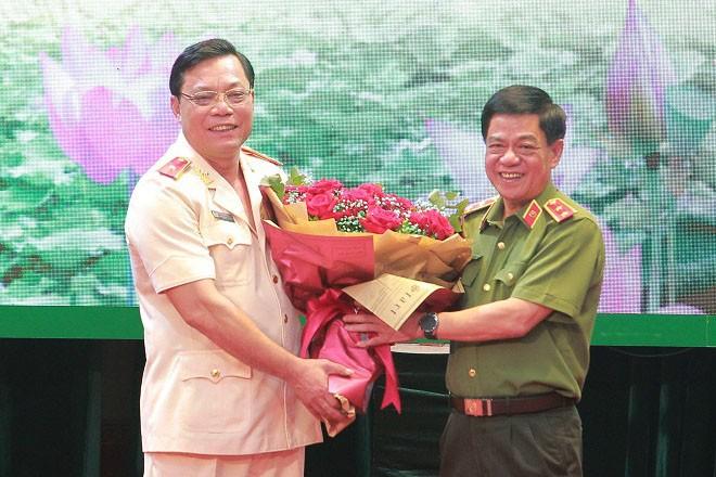 Trung tướng Đoàn Duy Khương tặng hoa chúc mừng tân Giám đốc CATP Hà Nội -