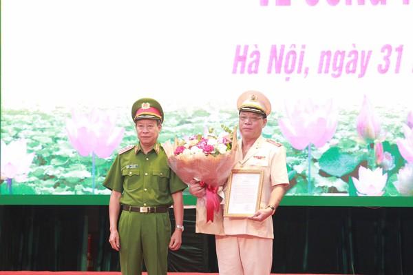 Thượng tướng Lê Quý Vương, Ủy viên Trung ương Đảng, Thứ trưởng Bộ Công an trao Quyết định bổ nhiệm chức vụ Giám đốc CATP Hà Nội đối với Thiếu tướng Nguyễn Hải Trung