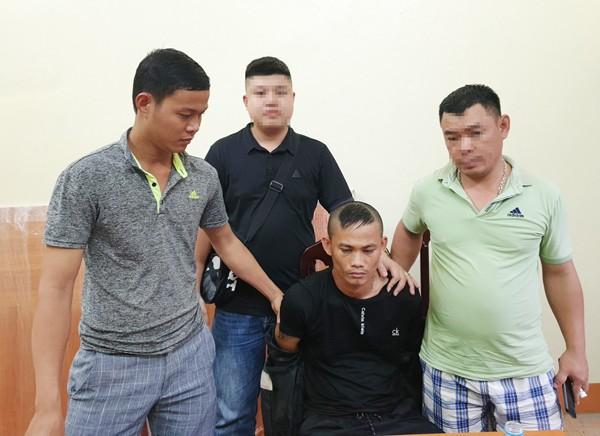 Các trinh sát bắt đối tượng truy nã Nguyễn Hồng Hạnh