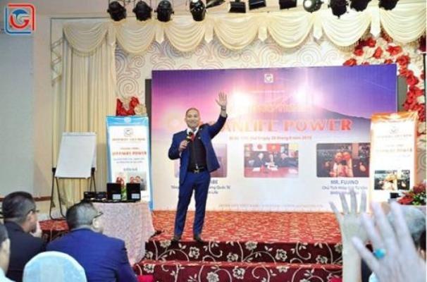 Giám đốc Japan Life Việt Nam trong một buổi diễn thuyết