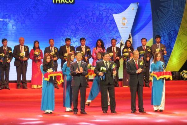 Phó Thủ tướng Trương Hòa Bình, Bộ trưởng Bộ Công Thương Trần Tuấn Anh trao kỷ niệm chương cho các doanh nghiệp có sản phẩm đạt Thương hiệu quốc gia 2016