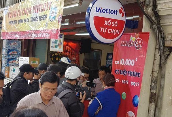 Rất đông người dân đã đến mua vé trong ngày đầu tiên mở bán vé số Vietlott tại Hà Nội