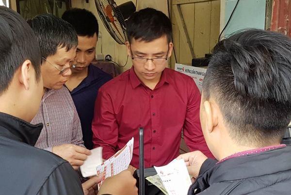 Người Hà Nội xếp hàng dài mua vé số Vietlott ngày mở bán