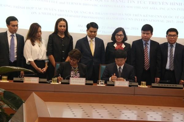 Chủ tịch UBND TP Hà Nội Nguyễn Đức Chung cùng các đại biểu chứng kiến lễ ký kết
