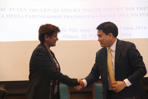 Đồng chí Nguyễn Đức Chung - Chủ tịch UBND TP Hà Nội cùng đại diện CNN