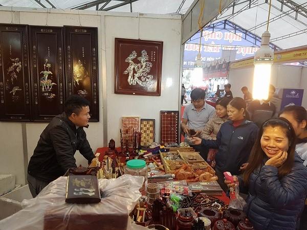 Người dân hào hứng tham quan, mua sắm hàng ngay ngày đầu khai mạc Hội chợ